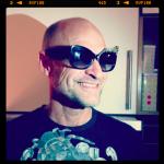 Tony provar solglasögon vars designer också fotar. Samma modell och andra modeller synd bla på Rihanna och Usher!