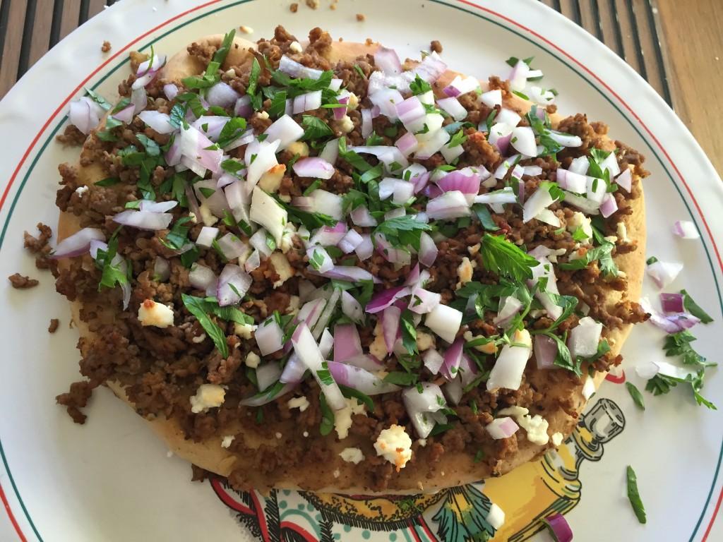 Naanbrödspizza med aubergineröra, kryddstekt köttfärs och fetaost