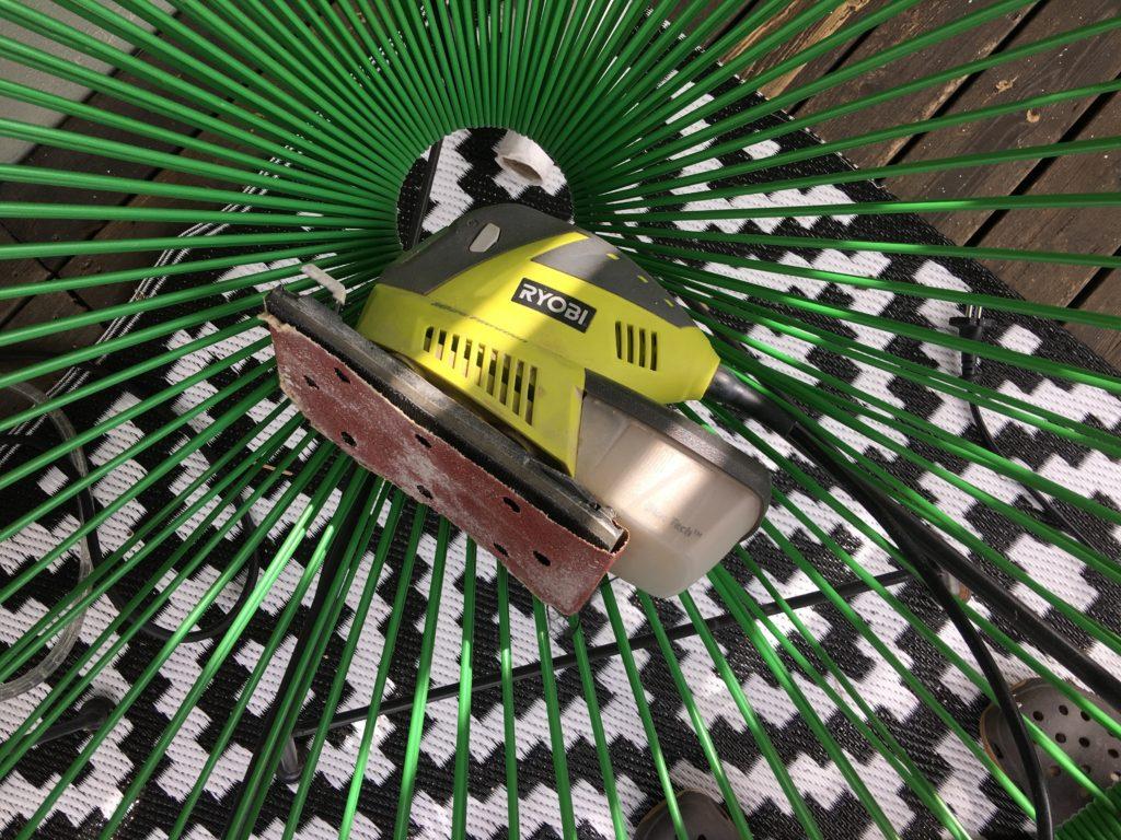 Slipmaskin Ryobi 180 W. Vi valde denna då den var starkare än en traditionell slipmus. ca pris 1 000kr