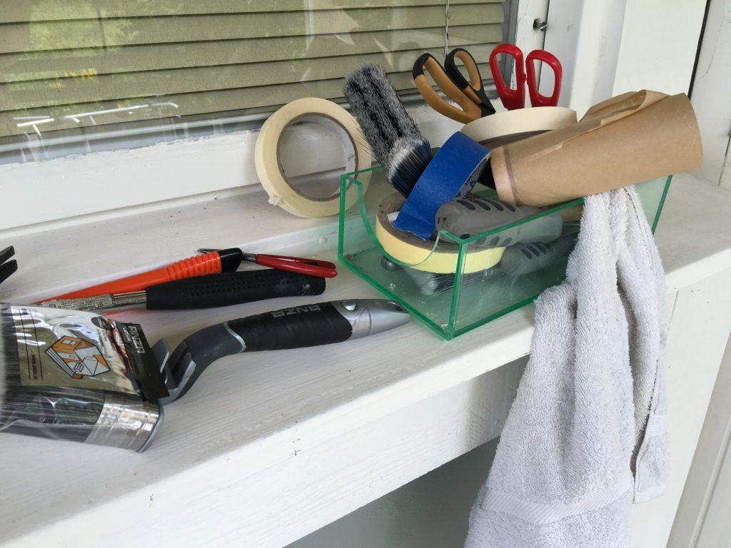 Allt man behöver som maskeringstejp, sax, penslar, kniv och annat.