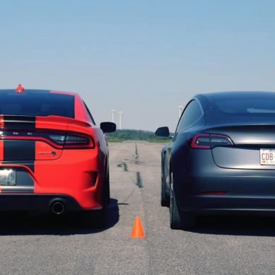 Dodge Charger SRT Hellcat mot Tesla Model 3 Performance